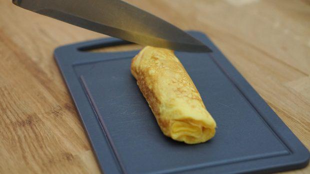Découper le Tamagoyaki en morceaux pour le présenter