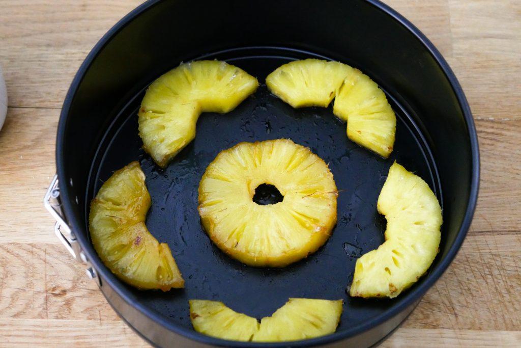 Déposer les ananas dans le fond du plat