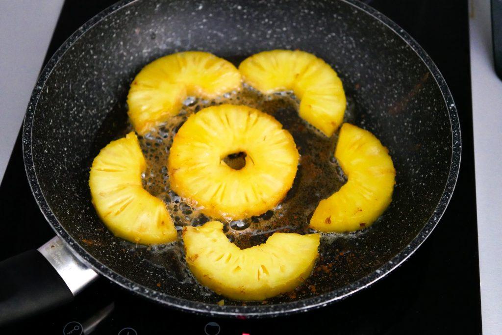 Faire dorer les ananas à la poele avec du miel